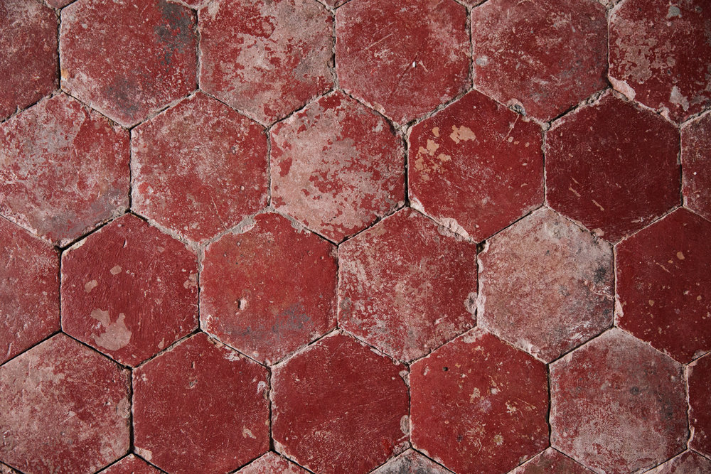 And this floor! The top floor is tiled with these lovely hexagonal, ancient tiles. Some are painted red, other are left au natural.