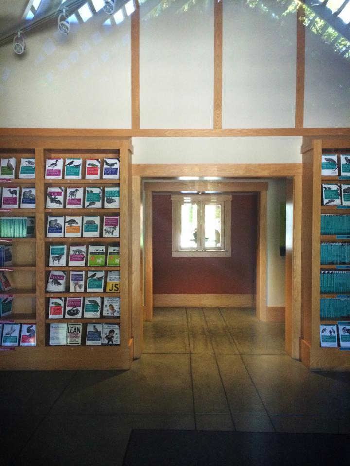 技術書で有名なO'Reillyの本社。玄関にはブックストアのように本棚に本が並ぶ。
