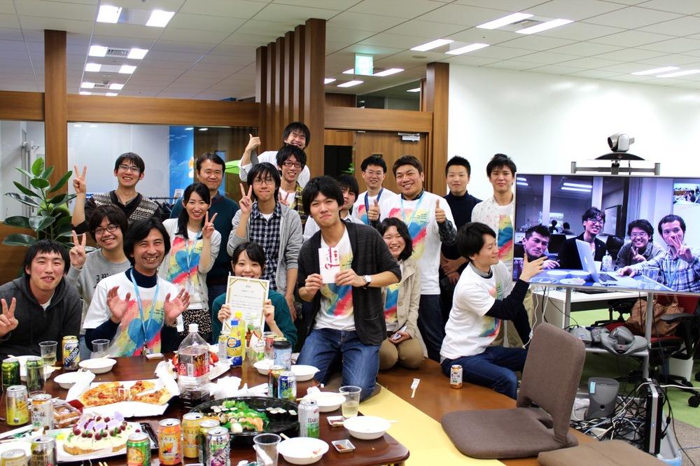 参加学生とサポートメンバとの集合写真。函館とは常にビデオ会議システムで接続していました