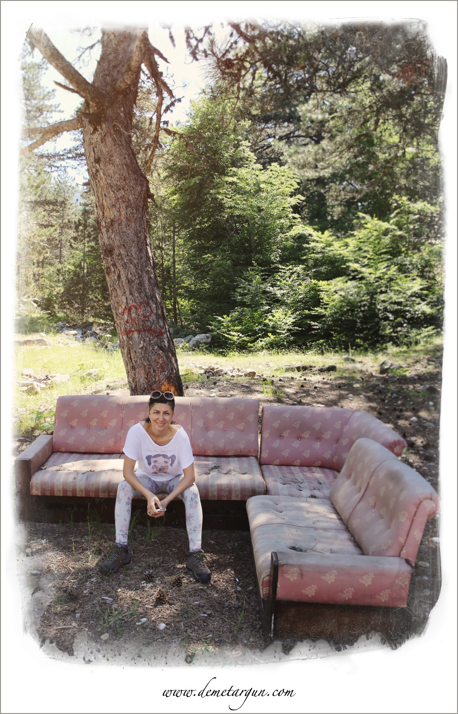 Dağda bu köşe koltukla karşılaştık. Konforuna düşkün insanlar var aramızda :) Oraya çıkarıp koymak kimin fikriydi bilemiyorum. Açık havada olduğu için biraz kirliydi. Ucundan ilişip poz verdim.  Fotoğraf: Aykut Güngör