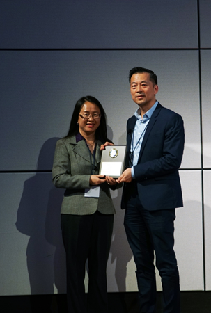 Dr. Lian Wang, VivoZ BioLabs, SAPA Parallel Session A session chair, honored Dr. Yixian Zhang speaker award