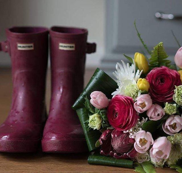 Rain boots & Flowers ♡♧ #torontoflorist #barrieflorist #muskokaflorist #artisans #creativebarrie #shoplocal #smallbusiness #familybusiness  #rainydays #marketflowers  Photographer @jen_hibberd_creative