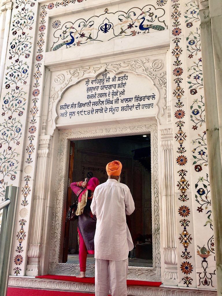 This inscription at Sri Darbar Sahib reads:  ੴ Sovereign Gurus Victory Gurdwara in the memory of Shaheeds  DamDami Taksal's 14th Principle Shaheed Sant Gyani Jarnail Singh Ji Khalsa Bhindranwale Honouring all June 1984 Saka Shaheeds (saka: a historic moment where Sikhs gave sacrifice with exceptional courage)