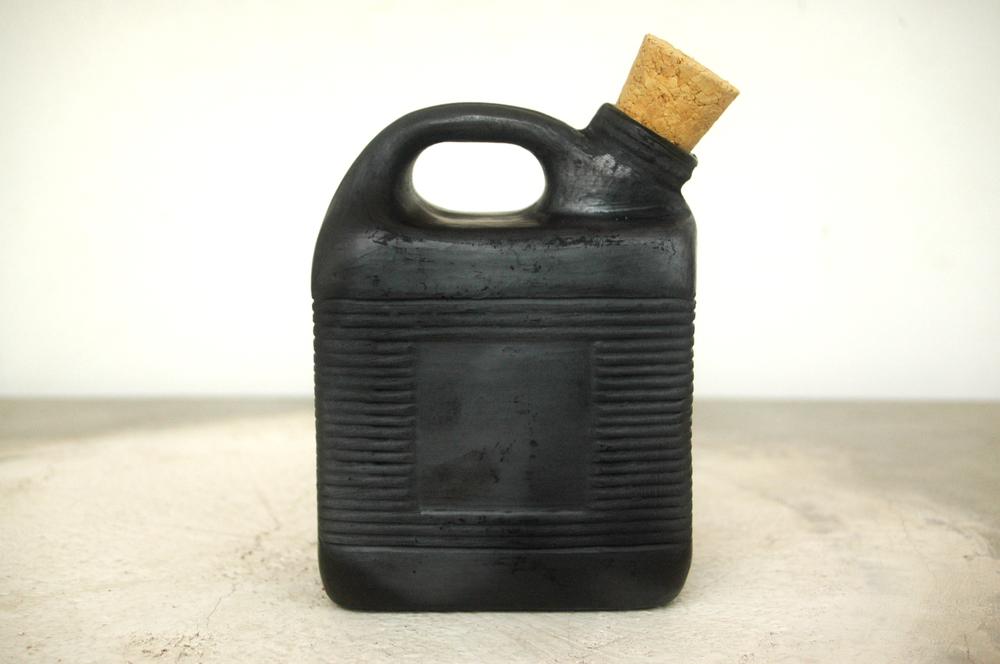 Mezcal decanter lined with beeswax / Decantador de mezcal forrado en cera de abeja.