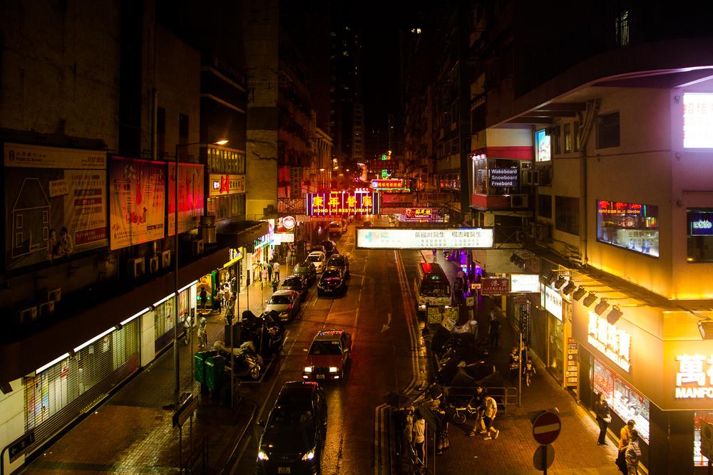 De straten van Mong kok liggen er verlaten bij door het slechte weer