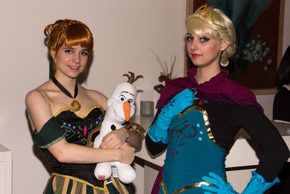 Anna (door  Moekke cosplay ) en Elsa (door  Ilunaneko cosplay ) van Frozen