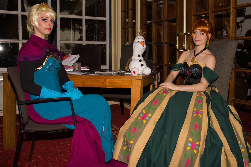 Nog eens Anna (door  Moekke cosplay ) en Elsa (door  Ilunaneko cosplay ) van Frozen. Vind het echt een hele goede impressie van de characters.