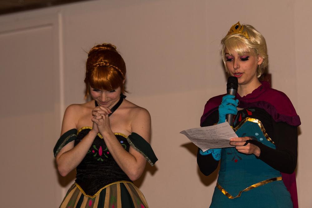 """Elsa: """"and the winner is......"""" Anna """" Oh so exiting i hope i win, no wait i'm one of the judges i can't win ....."""" Anna (door  Moekke cosplay ) en Elsa (door  Ilunaneko cosplay ) van Frozen"""