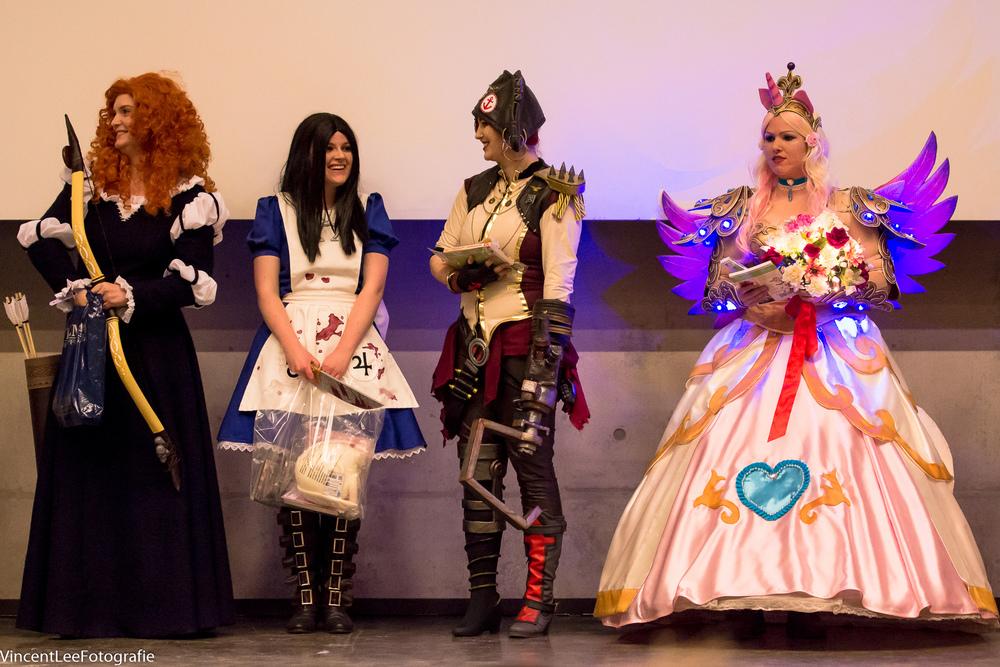 De winnaars van de Fashion show van links naar rechts  Rowena ,  Mineke ,  Talbain Cosplay  en  Pretzl Cosplay
