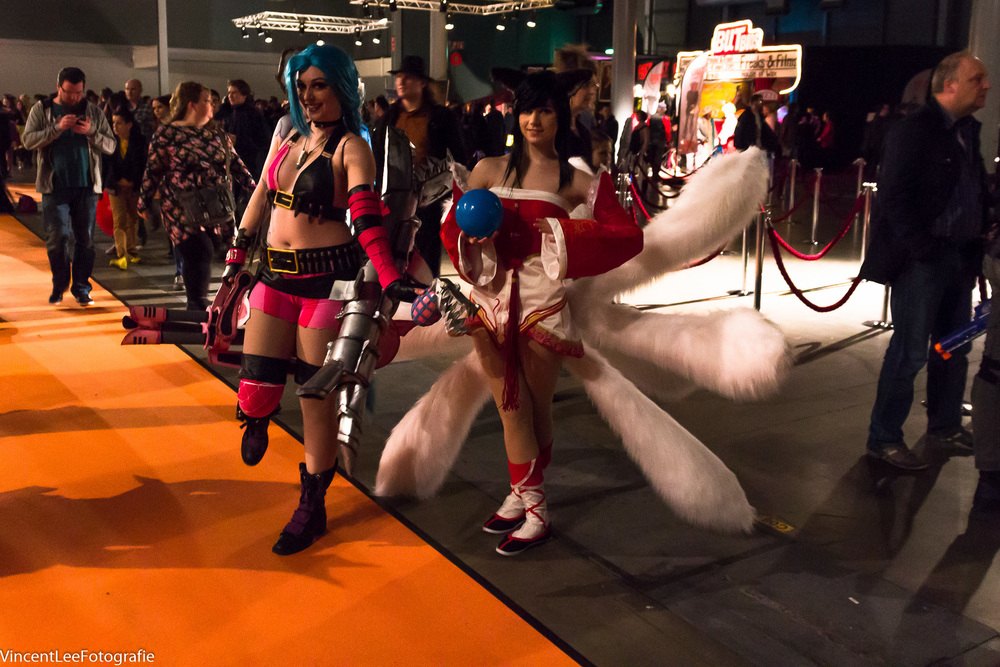 picture taken in the main hall (Jinx by  Ilunaneke cosplay  and Ahri by  Moekke Cosplay )