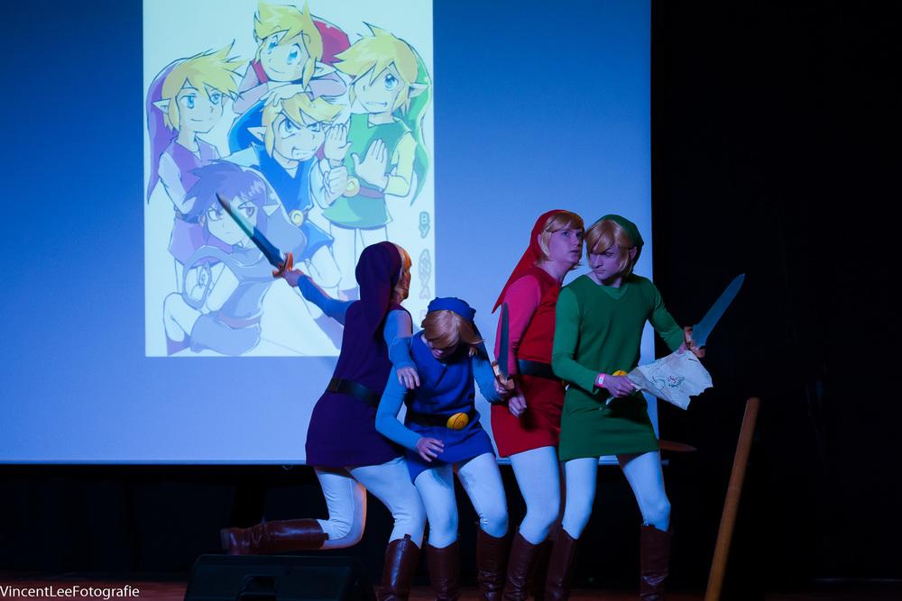 De winnende act van links naar rechts  Dalinxdust ,  Akuro ,  Miharichu Emi ,  Proximus  en buitenbeeld ook nog  Kinzoku  cosplay