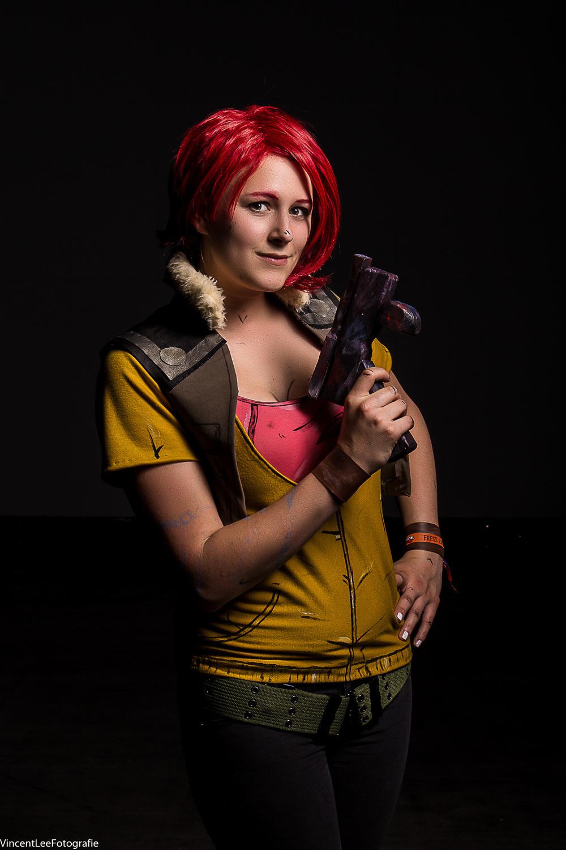 Esmee in Cosplay  als Lilith van Borderlands. Dit is 1 van de weinige foto's die met 2 flitsers is gemaakt.