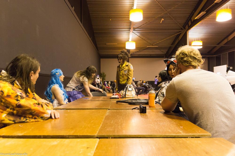 Ilunaneko Cosplay  geeft haar workshop en op de achtergrond wordt een panel gegeven