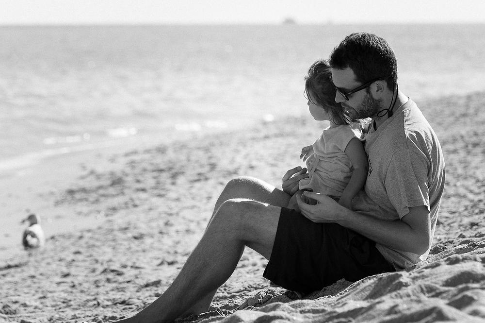 Yo con mi hija Sofia nos relajamos juntos en una preciosa playa de Miami