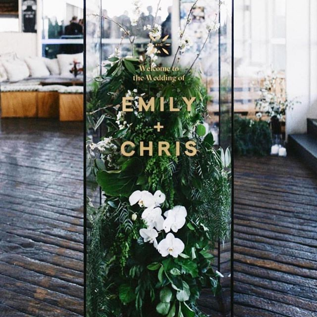 A warm welcome never hurt anybody! Consider greeting family and friends by incorporating an etched glass illustration into your welcome sign design 😍 🎉#TheNewModernBride