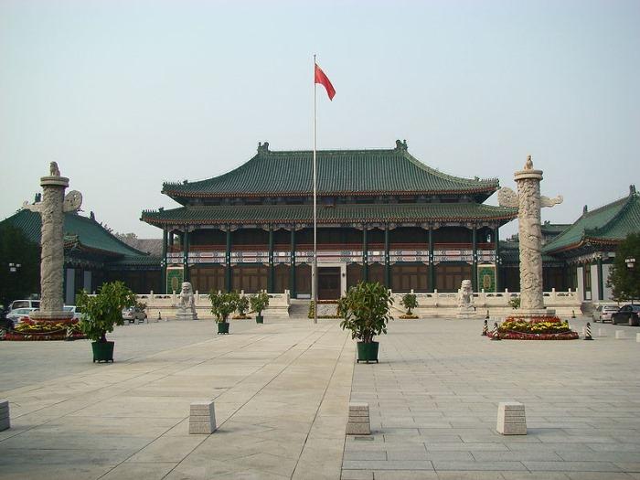 Met een collectie van meer dan 26,3 miljoen volumes (2007) is de Nationale Bibliotheek van China de grootste bibliotheek van Azië. Gevestigd in Peking bezit de bibliotheek onder andere de grootste en een van de rijkste collecties Chinese literatuur en historische documenten ter wereld. Zijn voorloper is de Keizerlijke Bibliotheek, die gesticht werd op 24 april 1909 door de Qing dynastie. De bibliotheek werd officieel geopend in 1912, na de Xinhai Revolutie.