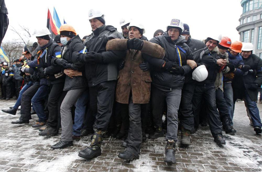 """Sokaktadayanışmaya değil, fabrikada çalışmaya inanan işçiler, burada""""önümüze gelen grevciye bin tekme"""" halk oyununuoynuyorlar"""