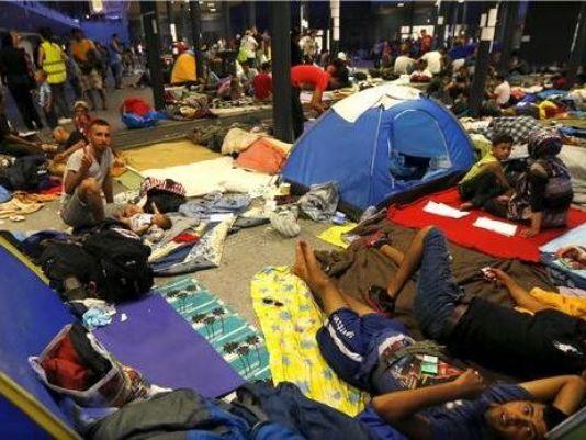 Batı'ya giden trenlerin kalktığı Keleti istasyonunda yüzlerce mülteci günlerdir böyle kalıyordu