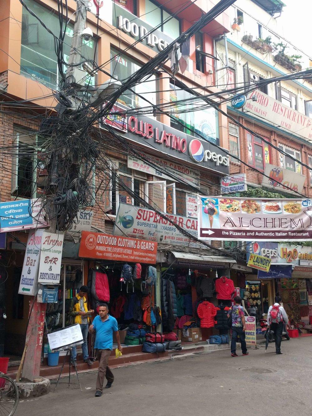 Önceki hayatımda IT mühendisi iken, evdeki network dolabı da buna benziyordu. Katmandu elektrik idaresine saygılar.