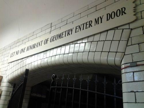 """Akademisinin girişine """"geometri bilmeyen girmesin"""" diye yazmasının nedeni şimdi daha iyi anlaşılıyordur. 3. seviyeye gelmiş, yani soyut düşünebilen insanları eğitebileceğini, kalanının zaman kaybı olacağını düşünmüş muhtemelen."""