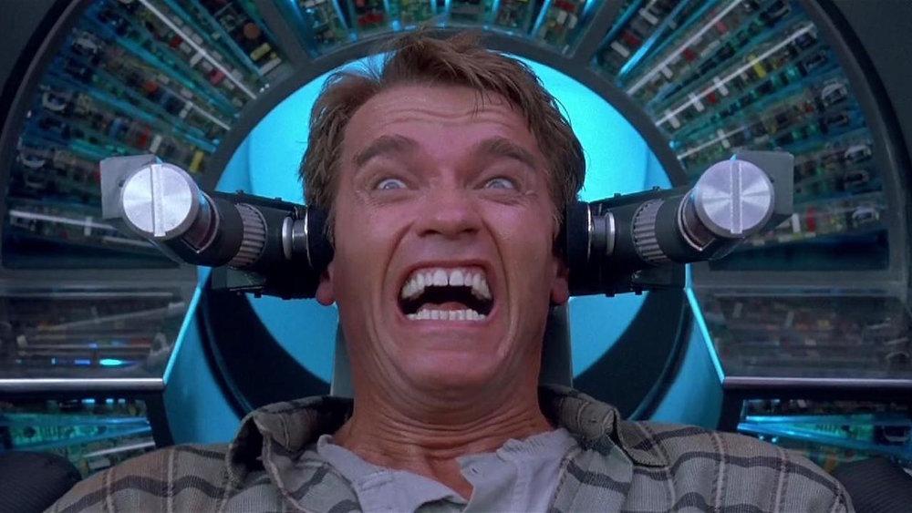 Hafıza, rüya ve gerçeklik arasındaki kaygan zemin,  Total Recall 'un ana konusuydu. Bence Arnold filmleri arasındaki en iyi senaryo bunda ve kitabından da iyi (We Can Remember For You Wholesale). Arnold acaba, sipariş ettiği ajanlı, aksiyonlu, alevli malevli tatil simülasyonunu yaşayan bir işçi miydi, yoksa gezegenlerarası bir komplo sonucu hafızasını kaybedip işçi olduğunu sanan bir ajan mıydı?
