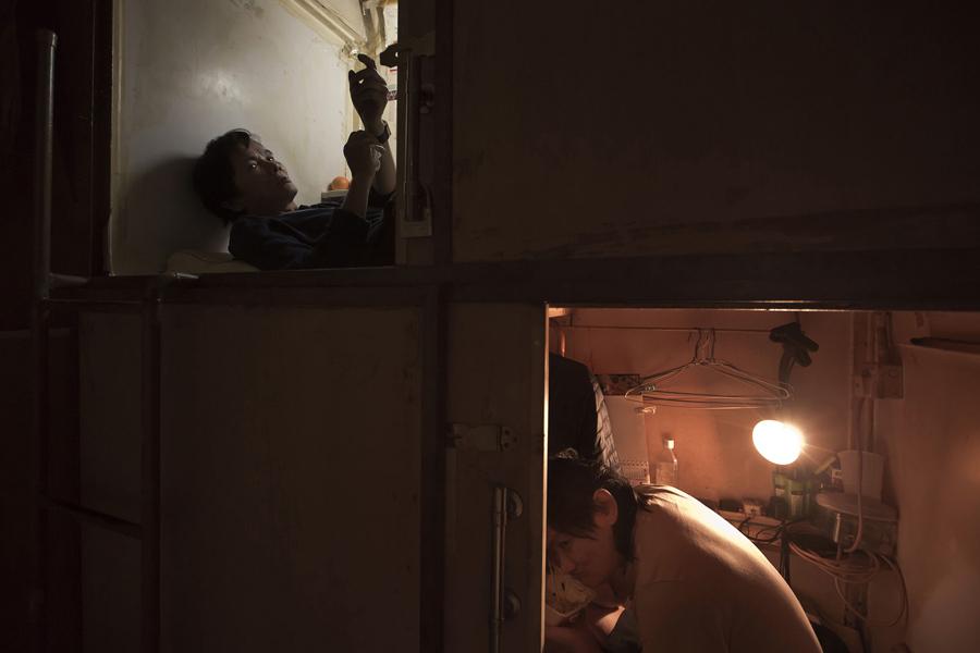 """Dünya'nın en pahalı gayrımenkul pazarı olan Hong Kong'daki o """"  mezar evlerde """"en basit estetik bile bir lüks. Fakirlerin ve müptelaların yaşadığı bu evler, ayaklarını bile tam uzatamadığın kutulardan ibaret, tuvaletlerse ortak."""