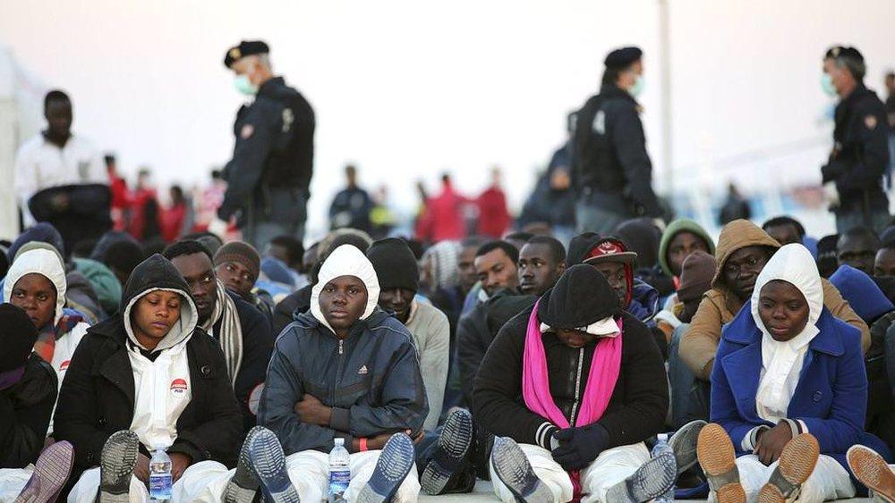 Libya gibi yerlerden botlara binip ilk durak olarak Sicilya'ya gelen kaçak göçmenler. (foto benim değil, orijinal link resimde)