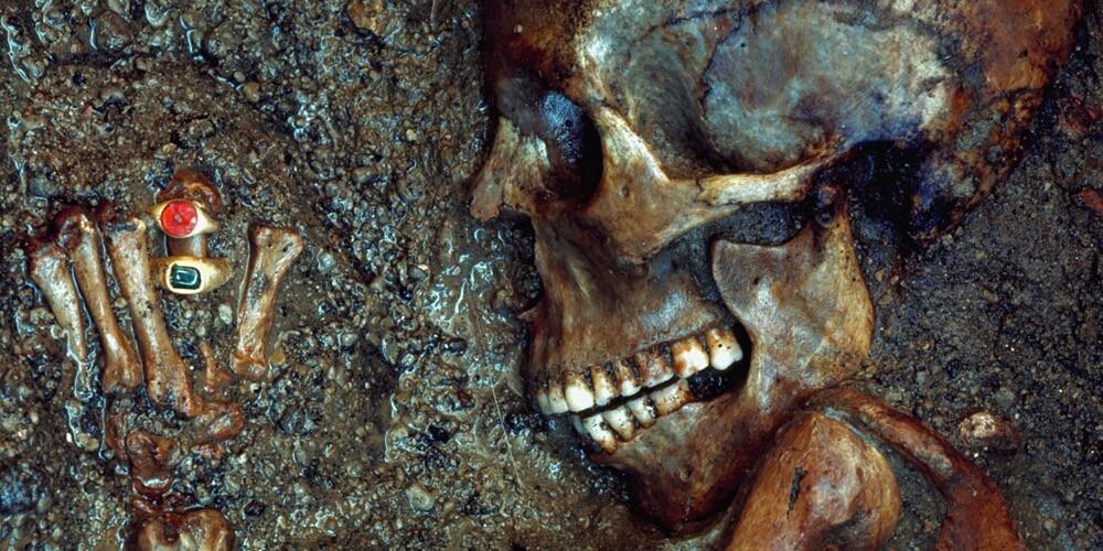Vesuvius'un patlamasıyla lav ve kül altında kalmış bir kadın. Mücevherleri 2000 senelik.