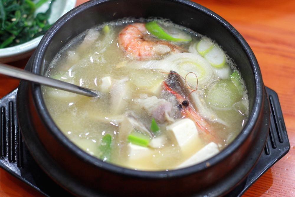 大酱汤喝起来是它该有的样子,但食材要是更新鲜就好了