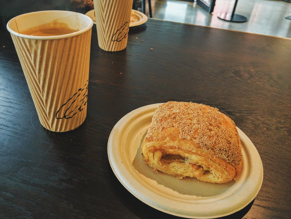 在哥本哈根的第一顿早餐,Tebirkes和美式。