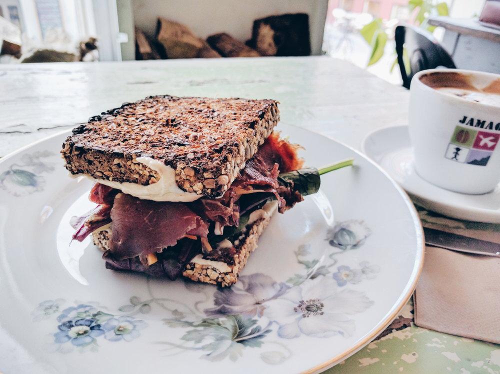 """看到好几个博客有推荐,在 Strøget 逛的时候路过就去吃了。很小的咖啡馆,也没有太惊艳的地方。不过天冷的时候应该还是会挺有丹麦爱追求的""""hygge""""味吧。"""