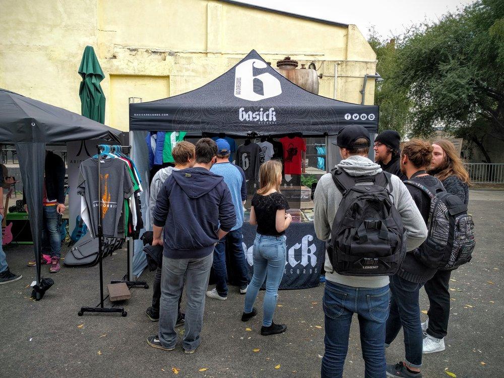 今年 Euroblast 搭了个 Basick 的帐篷,卖黑胶和周边。除了外面的主周边售卖点,主舞台场内还有 Sumerian 厂牌自己搭的小卖部。衣服往往不怎么好看且不怎么便宜。