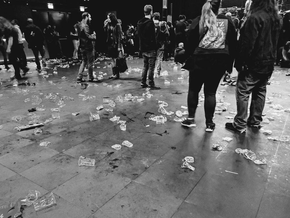 主舞台每到晚上地上都会出现一大片一大片的塑料杯