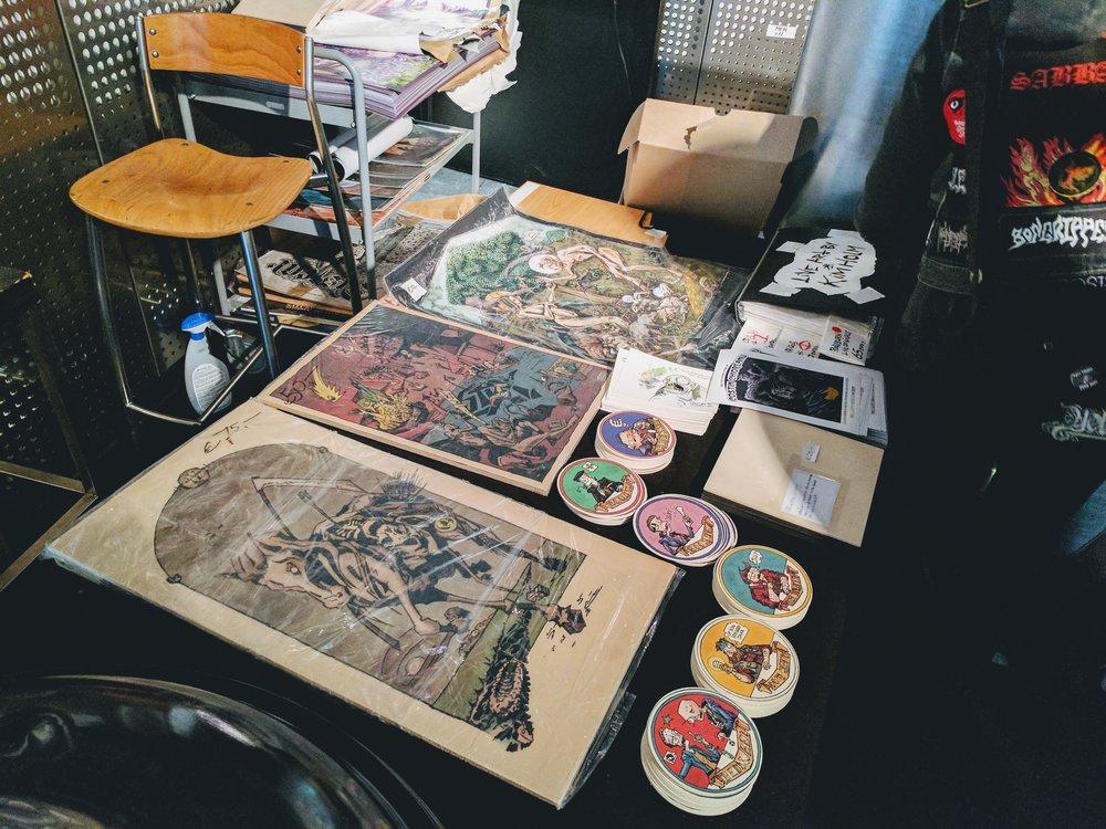 主舞台那里有卖艺术家们的插画和海报
