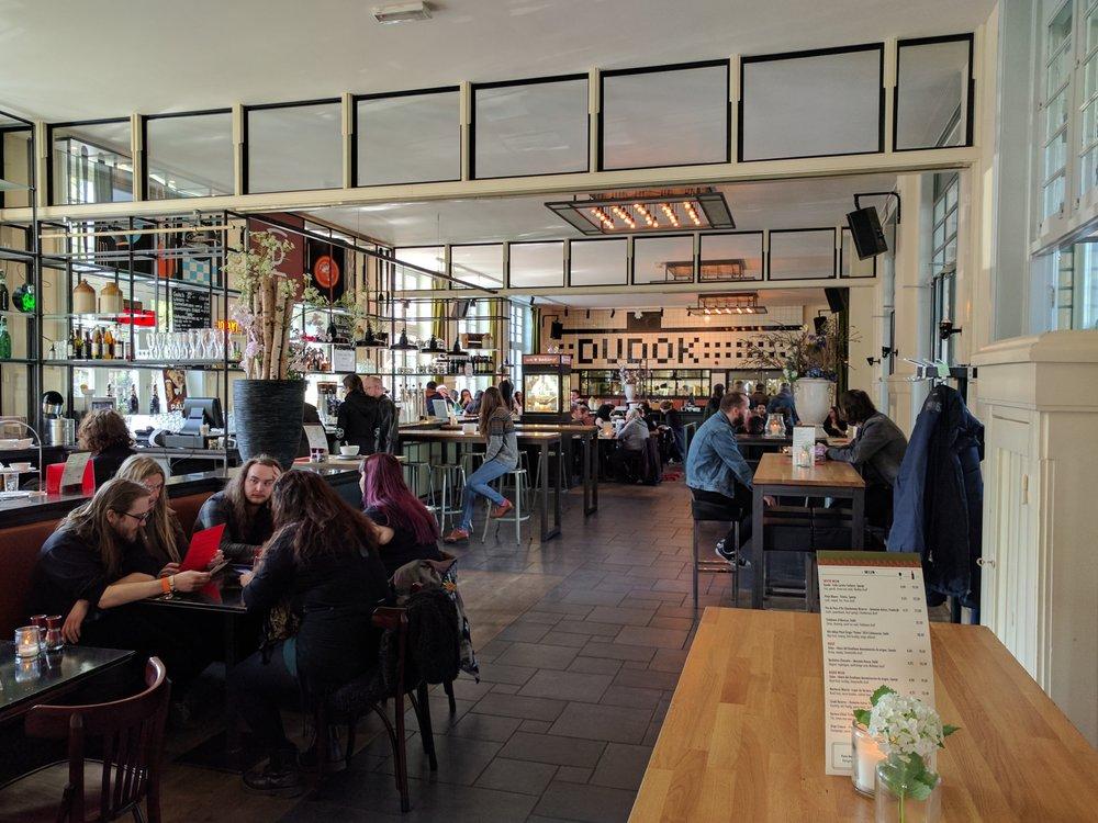 013 对面一家相对安静的小咖啡馆。早到或者实在喘不过气的时候常会去那里坐坐