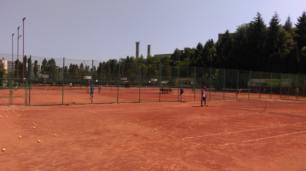 tenis zgura rosie cluj