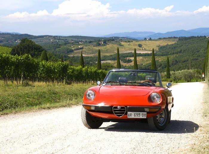 Alfa-Romeo-Duetto-vintage-car-Tuscany.jpg