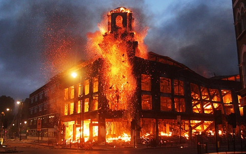 A furniture store burns in croydon