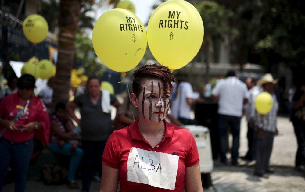 Une femme participant à une manifestation contre les lois anti-avortement au congrès à San Salvador le 22 avril 2015.    © Reuters / Jose Cabezas