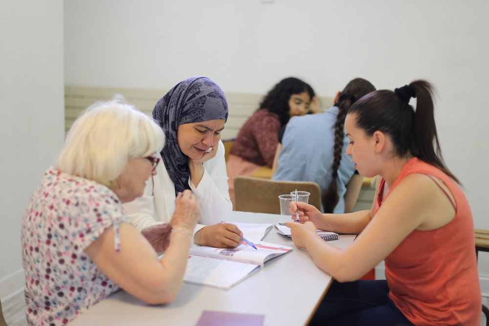 - Au travers de nos cours de français pour femmes et familles d'exilé-e-s nous tentons de rendre visible les femmes exilé-e-s et les aider dans leur chemin vers l'émancipation et la reconstruction post-exile.
