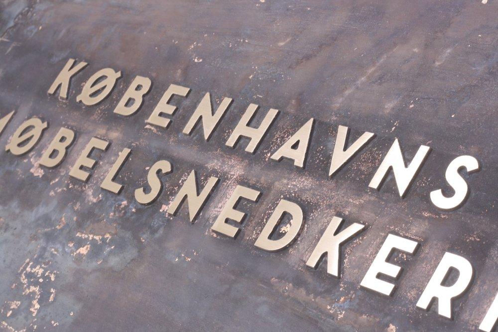 Gravering i metal Københavns Møbelsnedkeri