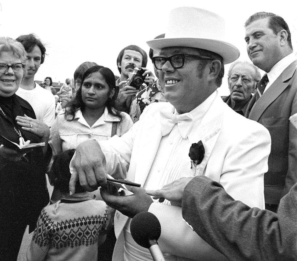 "Billy Carter's fans sought his autograph during the celebrity hot air ballon race. ""I won't tell people in Plains that I visited Lincoln's hometown. I'll let them think I visited Springfield, Mo."""
