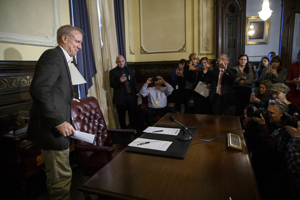 "Illinois Gov. Bruce Rauner sits down to sign his first Executive Order at the Capitol Tuesday, Jan. 13, 2015. The bill bans the ""revolving door"" of state employees to lobbying entities. Ted Schurter/The State Journal-Register"