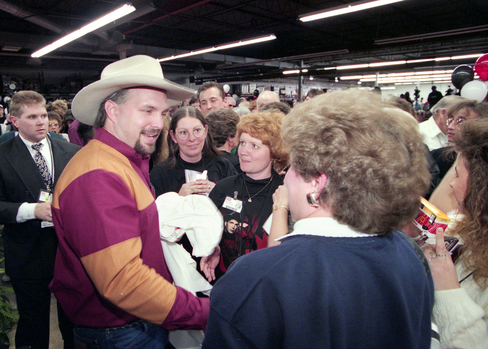 Garth Brooks visits with employees during a tour of the EMI Manufacturing plant in Jacksonville March 1995. File/The State Journal-Register