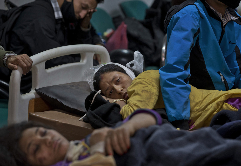 An injured woman lies at a hospital in Kathmandu, Nepal, Sunday, April 26, 2015. (AP Photo / Manish Swarup)