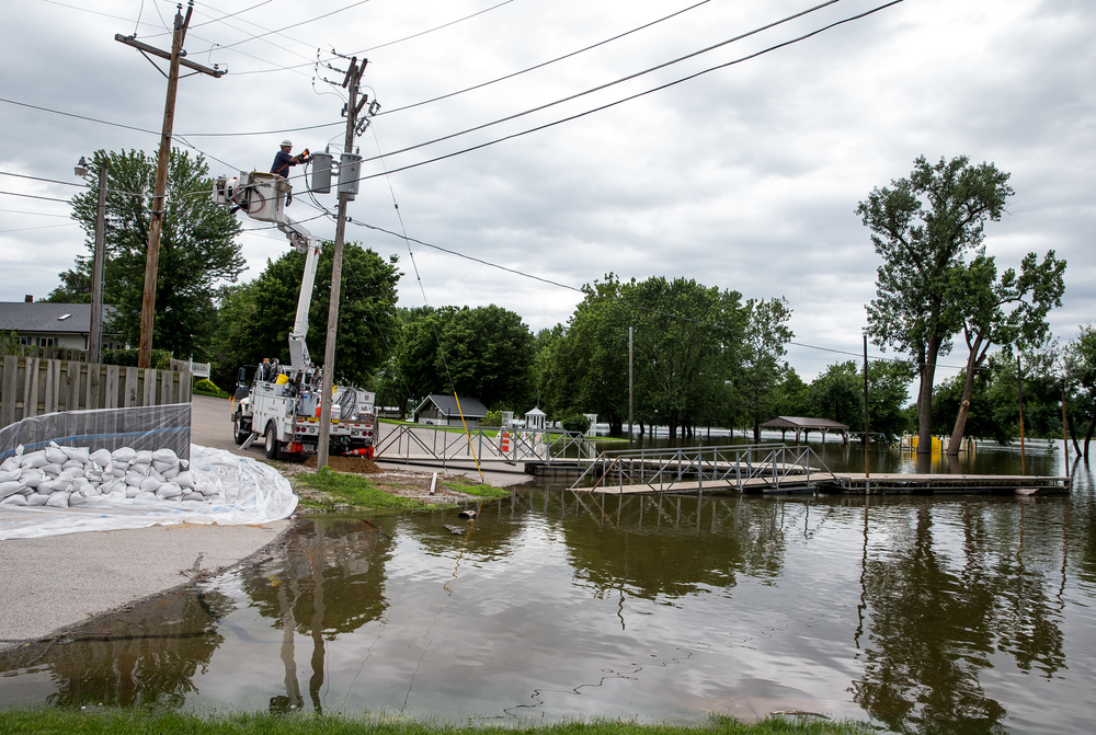 Ameren lineman Greg Curry, of Petersburg, Ill., disconnects power running to Riverfront Park as flood waters from the Illinois River continue to rise, Thursday, June 25, 2015, in Havana, Ill. Justin L. Fowler/The State Journal-Register