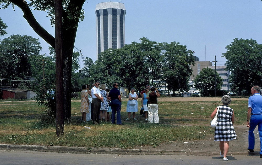 1975: Visitors wait in the shade for a bus at Edwards and Ninth streets. Courtesy Lincoln Home National Historic Site