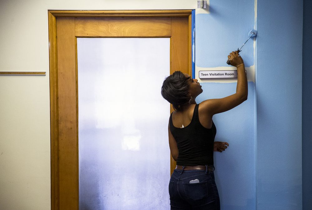University of Illinois Springfield sophomore Ashley Osuma fills in the corners with a fresh coat of paint while volunteering with her fellow students for the Martin Luther King Jr. Day of Service at the Family Service Center, Monday, Jan. 18, 2016, in Springfield, Ill. Justin L. Fowler/The State Journal-Register
