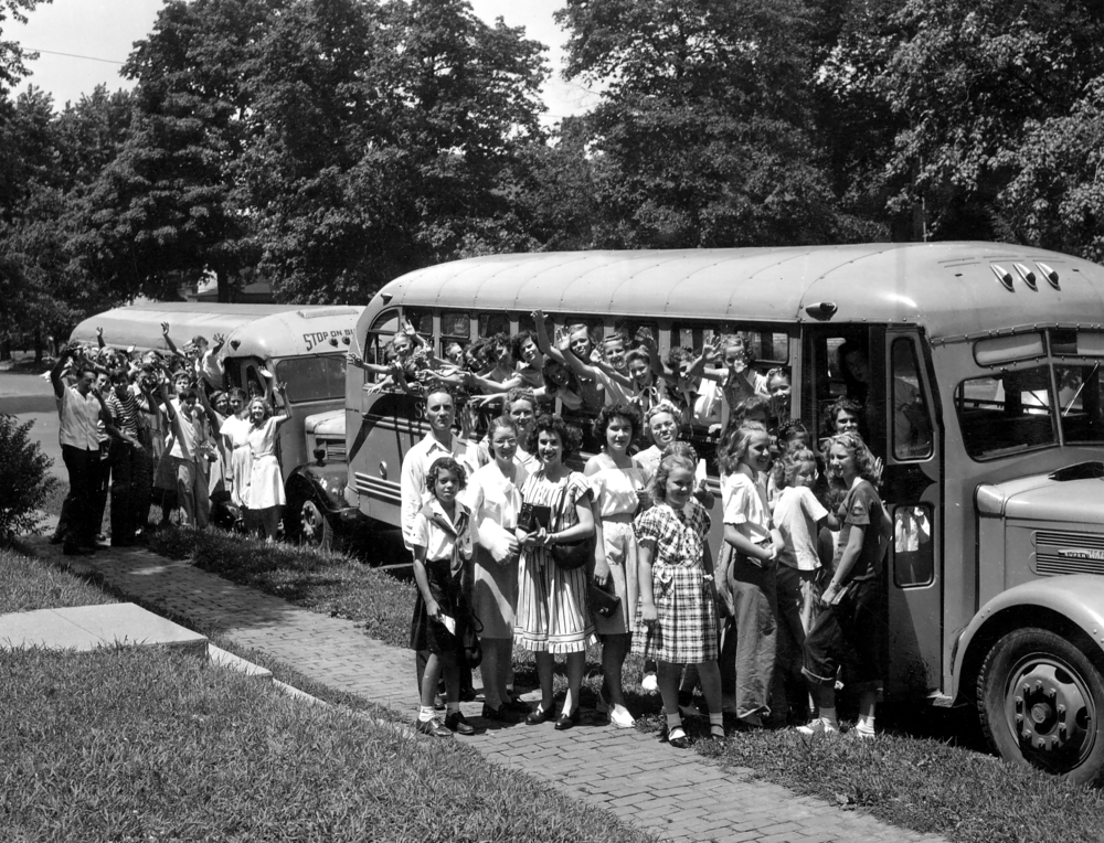 School groups arriving to visit the State Capitol and Illinois State Museum, cica1950. Photo courtesy Illinois State Museum