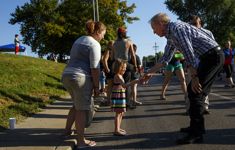 Four-year-old Jade Roach greets Illinois Gov. Bruce Rauner during the Illinois State Fair Twilight Parade Thursday, Aug. 11, 2016. Ted Schurter/The State Journal-Register